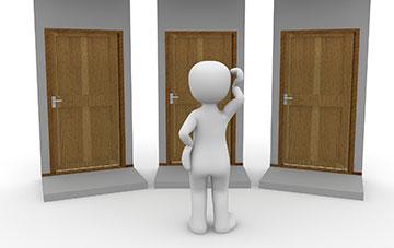 Männchen steht vor drei Türen