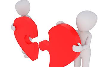 Zwei Männchen mit gebrochenen Herz