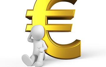Männchen sitzt vor Euro-Zeichen